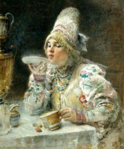 コーヒーをソーサーで飲む女性